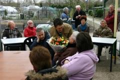 Mevrouw Jongenelen krijgt een bloemetje omdat Jan zijn jubileum, helaas, net niet meer mee mocht maken...